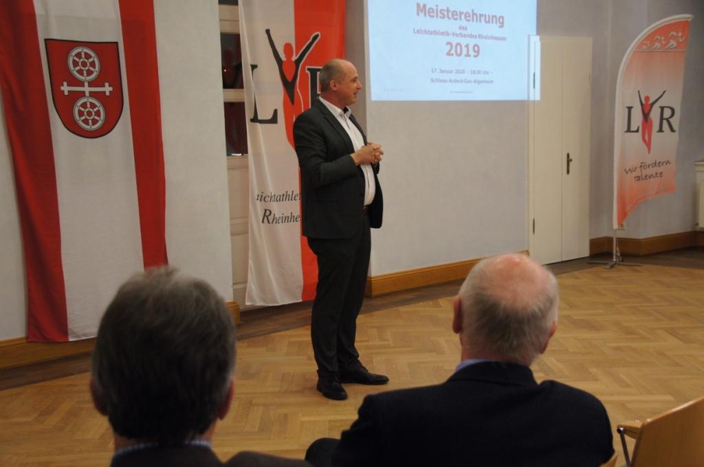 Michael König, Stadtbürgermeister von Gau-Algesheim, begrüßt die Gäste und weist darauf hin wie sehr Gau-Algesheim dem Sport verbunden ist.