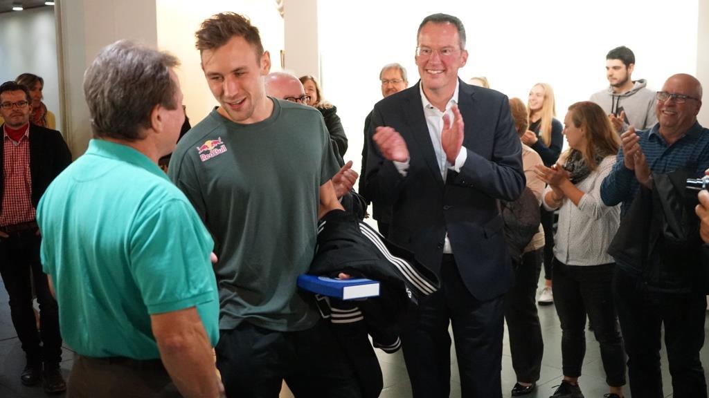 Niklas wird beim Einzug ins Rathaus von seinem Speerwurf Trainer Francis Gross begrüsst.