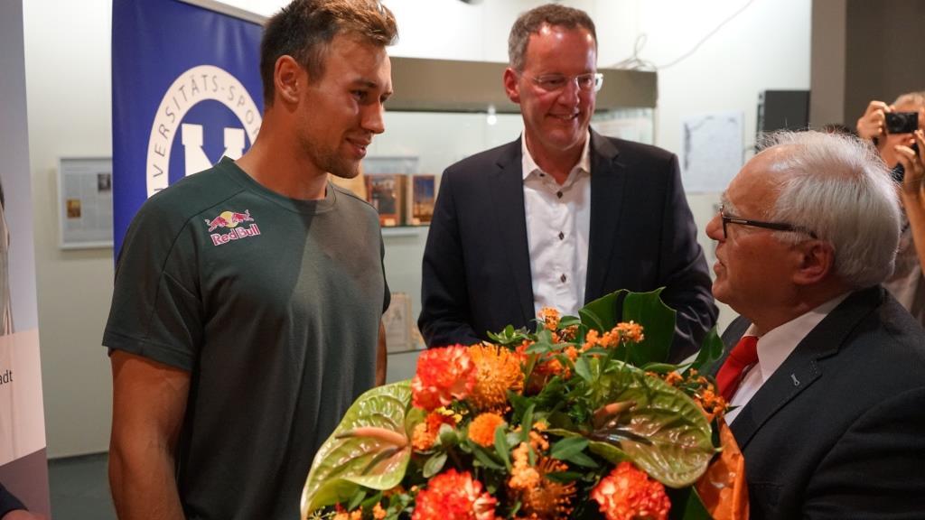 Einen riesen Strauß Blumen von Saulheims Bürgermeister Martin Fölix.